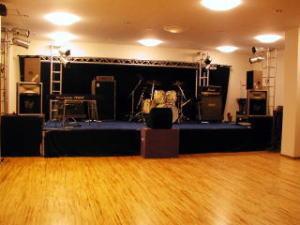 多目的ホールのステージの写真